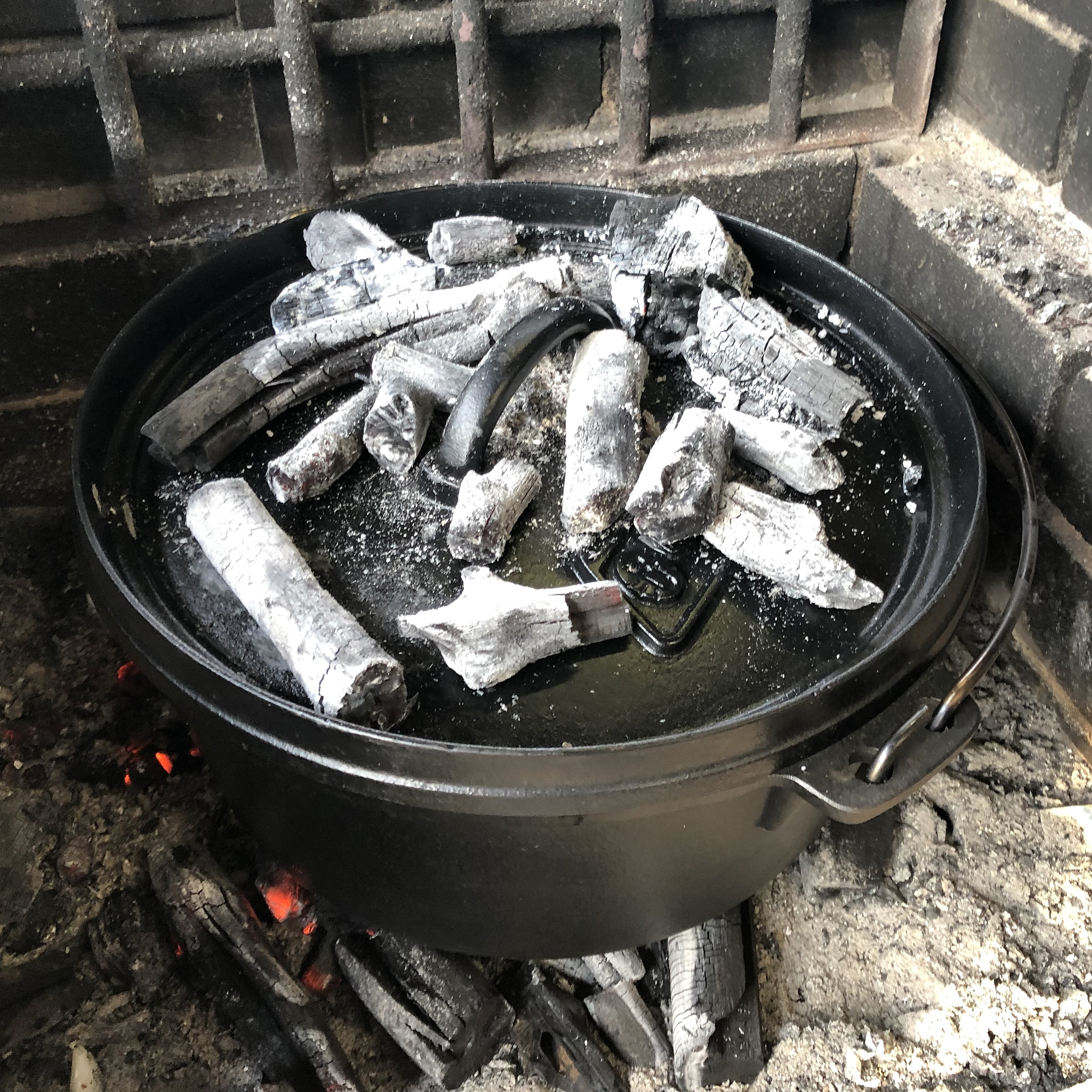 キャンプレポート(ダッチオーブンでローストチキン) 蓋をして1時間