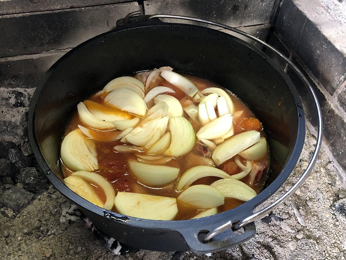ダッチオーブンで作るスペアリブトマトカレー トマトホール缶と玉ねぎを追加