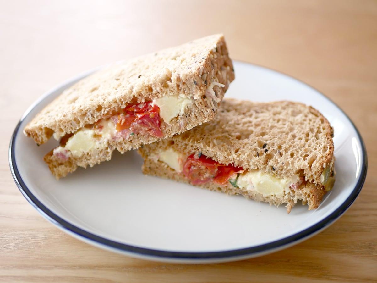 コーンビーフポテトサラダでサンドイッチ