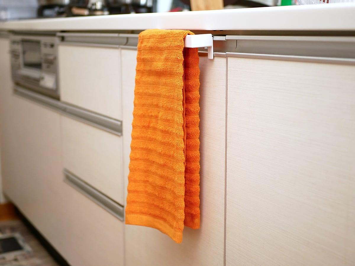 THE CHEF'S PANTRY キッチンタオル 10枚パック タオルハンガーにかけた様子