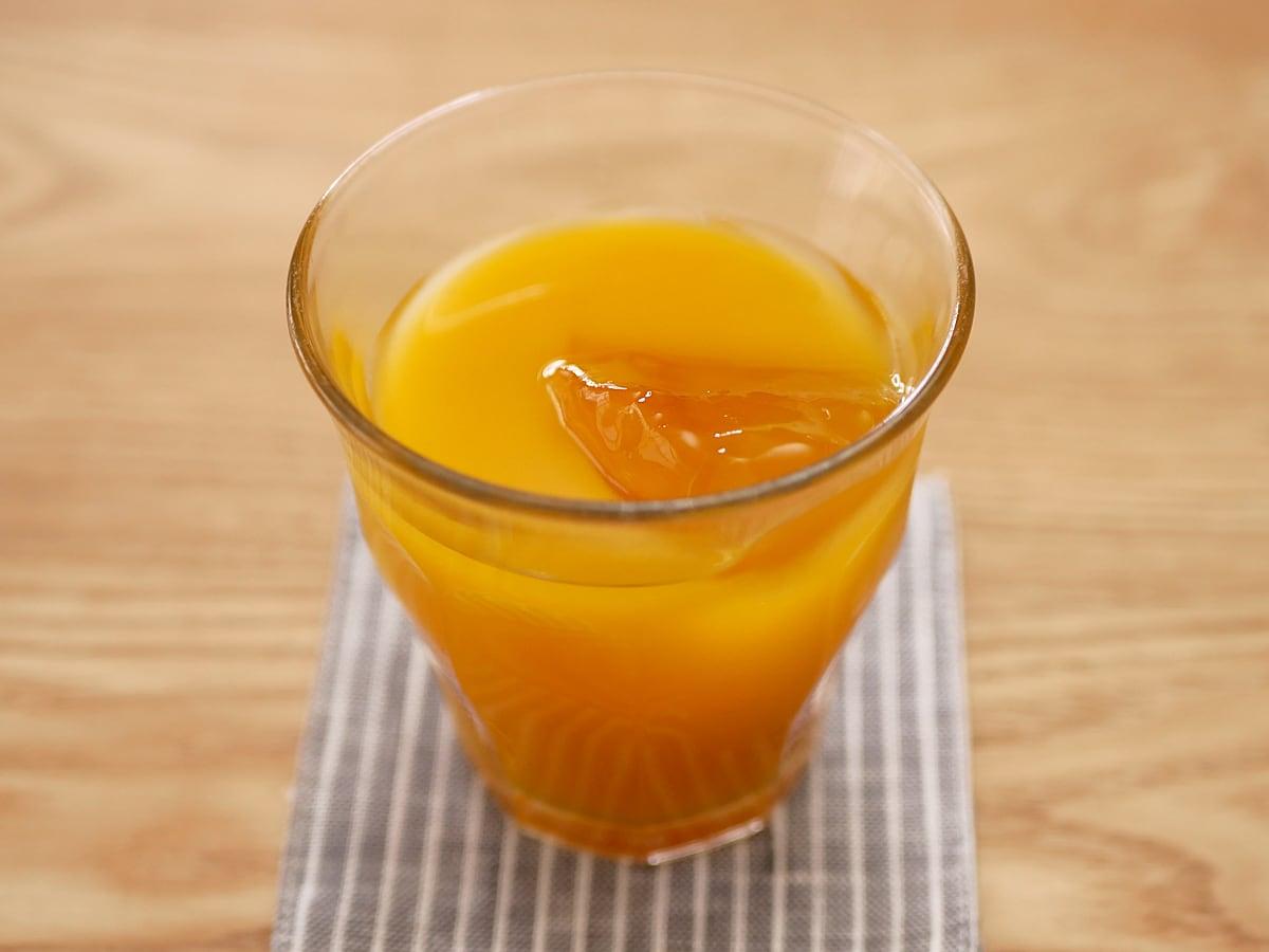中田食品 マンゴー梅酒 1.8L グラスに注いだ
