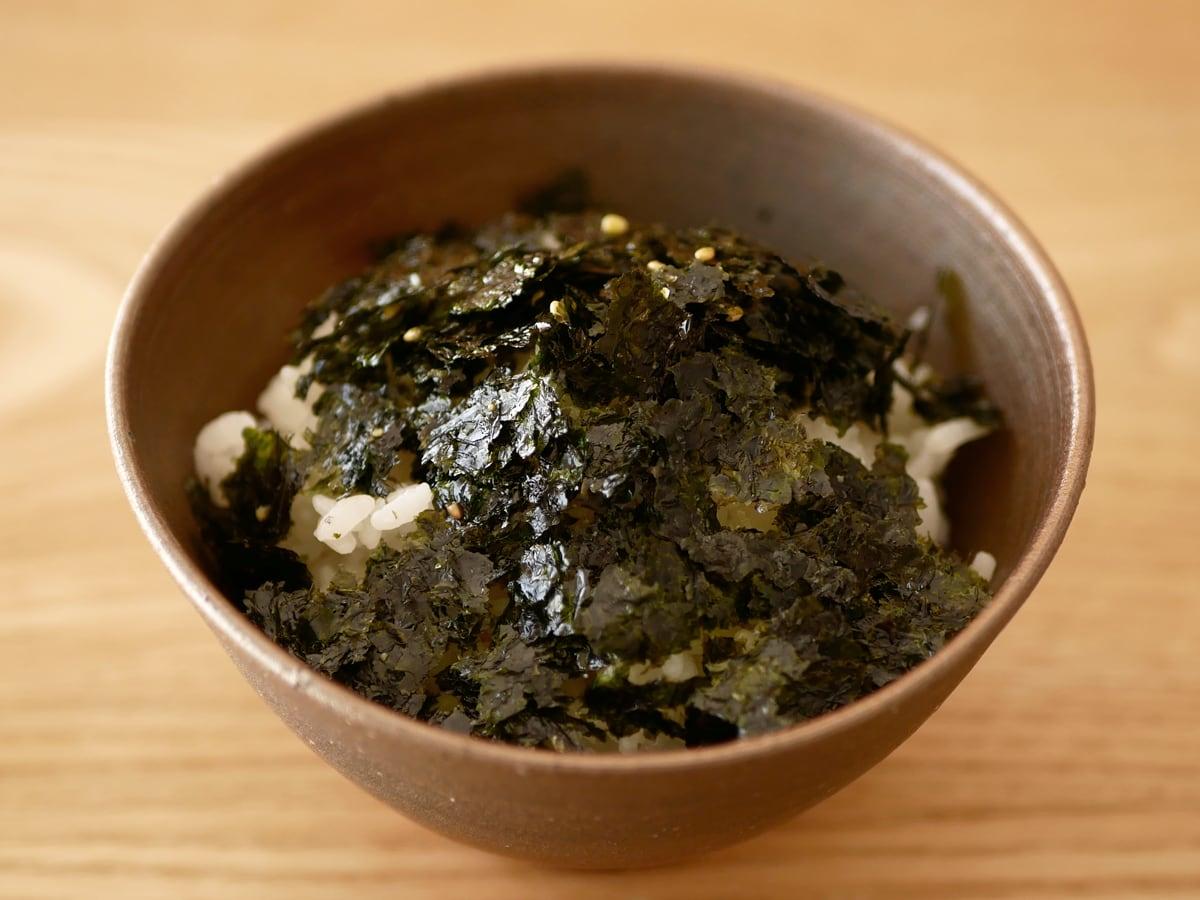 オリオンジャコー ピリ辛元祖ぶっかけ韓国のり 使用例(ご飯にのせた)