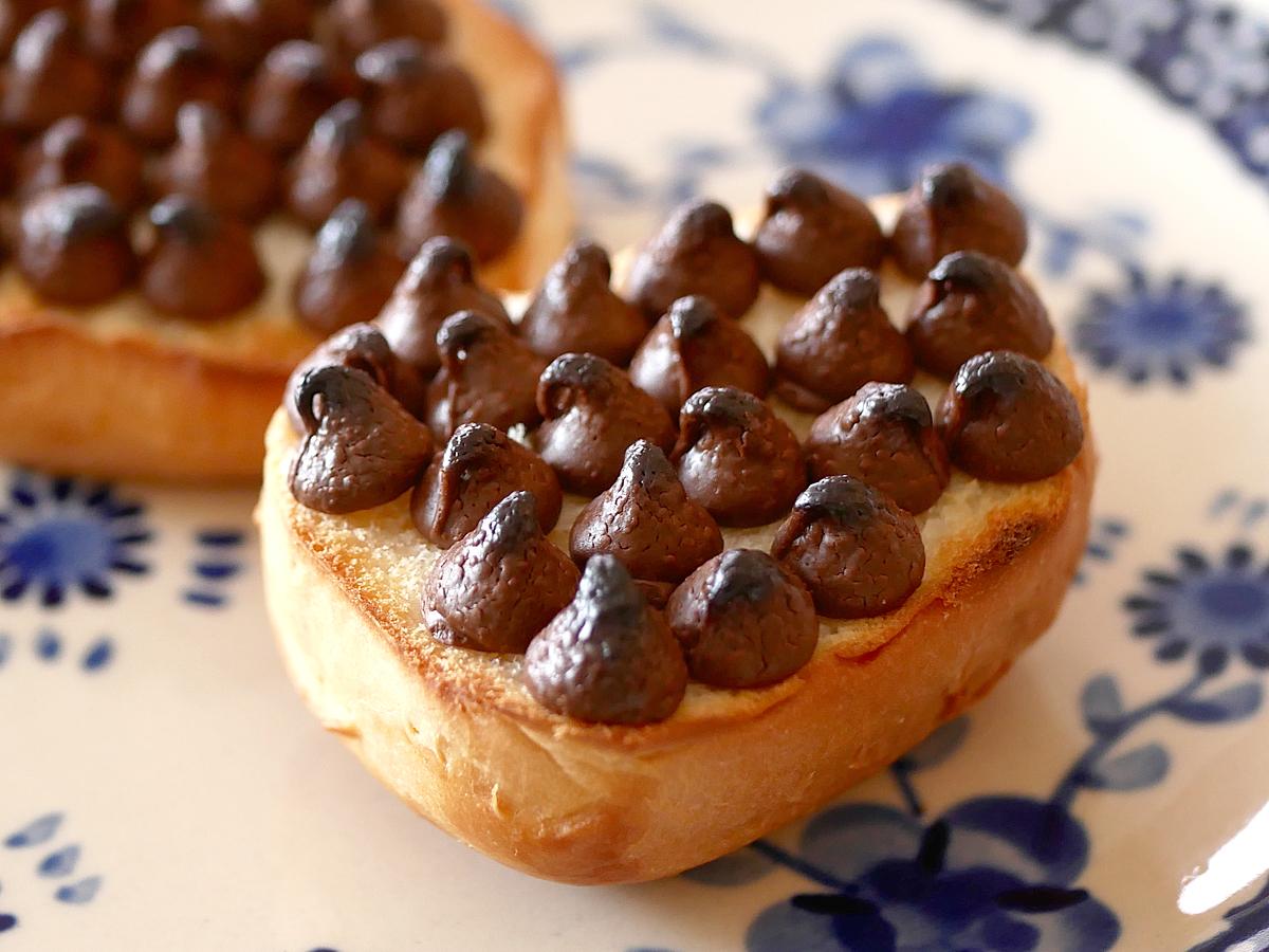 カークランドシグネチャー チョコレートチップス 2.04kg 使用例:ディナーロールにのせて