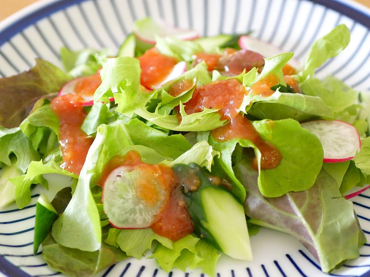 キユーピー 具沢山ドレッシング トマト 1000ml 使用例:サラダ