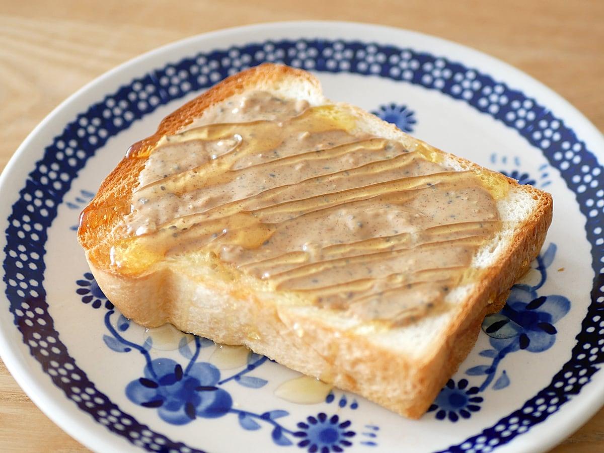 カークランド ミックスナッツバターウィズシード 使用例:トーストに塗ってシロップをかけた