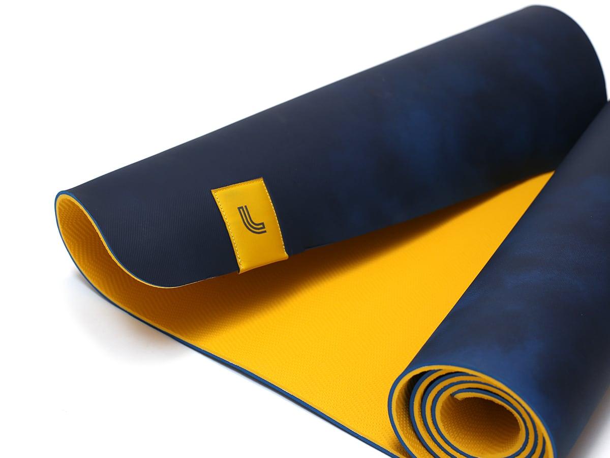 LOLE ヨガマット ストラップ付き(LOLE prima yoga mat+strap) 裏表がわかるように広げた
