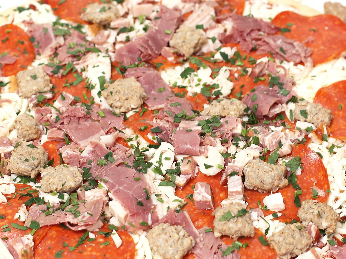 丸型ピザ ミートラヴァー トッピングのアップ(5種類のお肉)