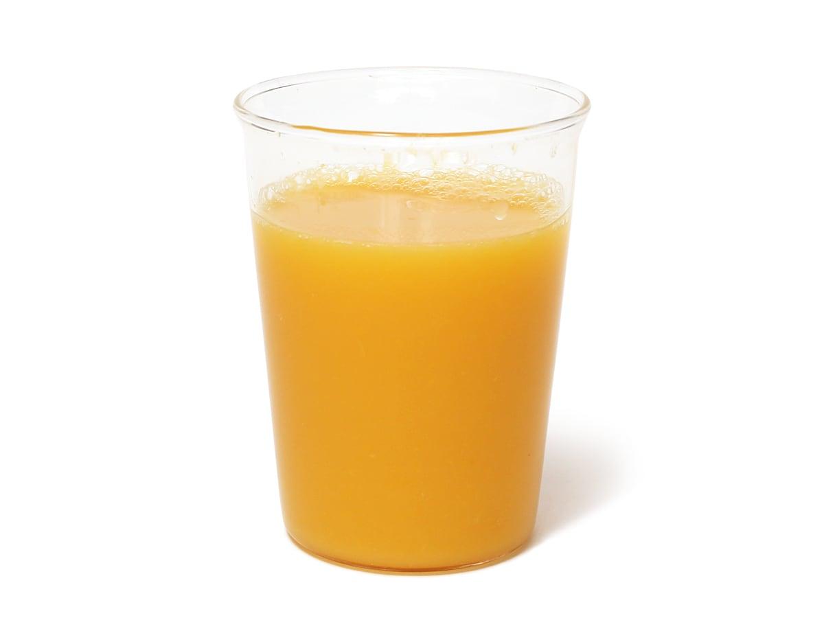 フベル 100%ストレートオレンジジュース グラスに注いだ