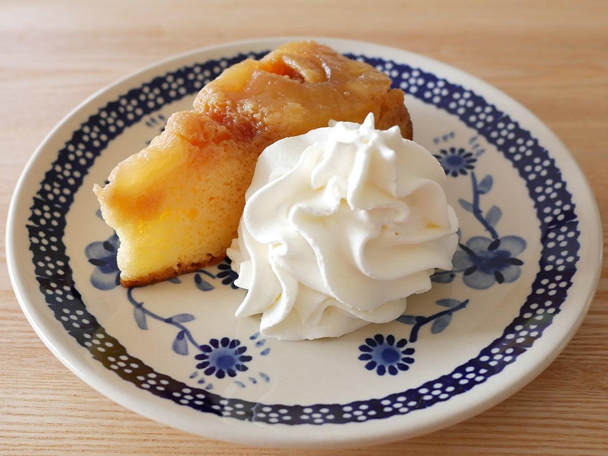 パイナップルアップサイドダウンケーキ ホイップクリームを添えた