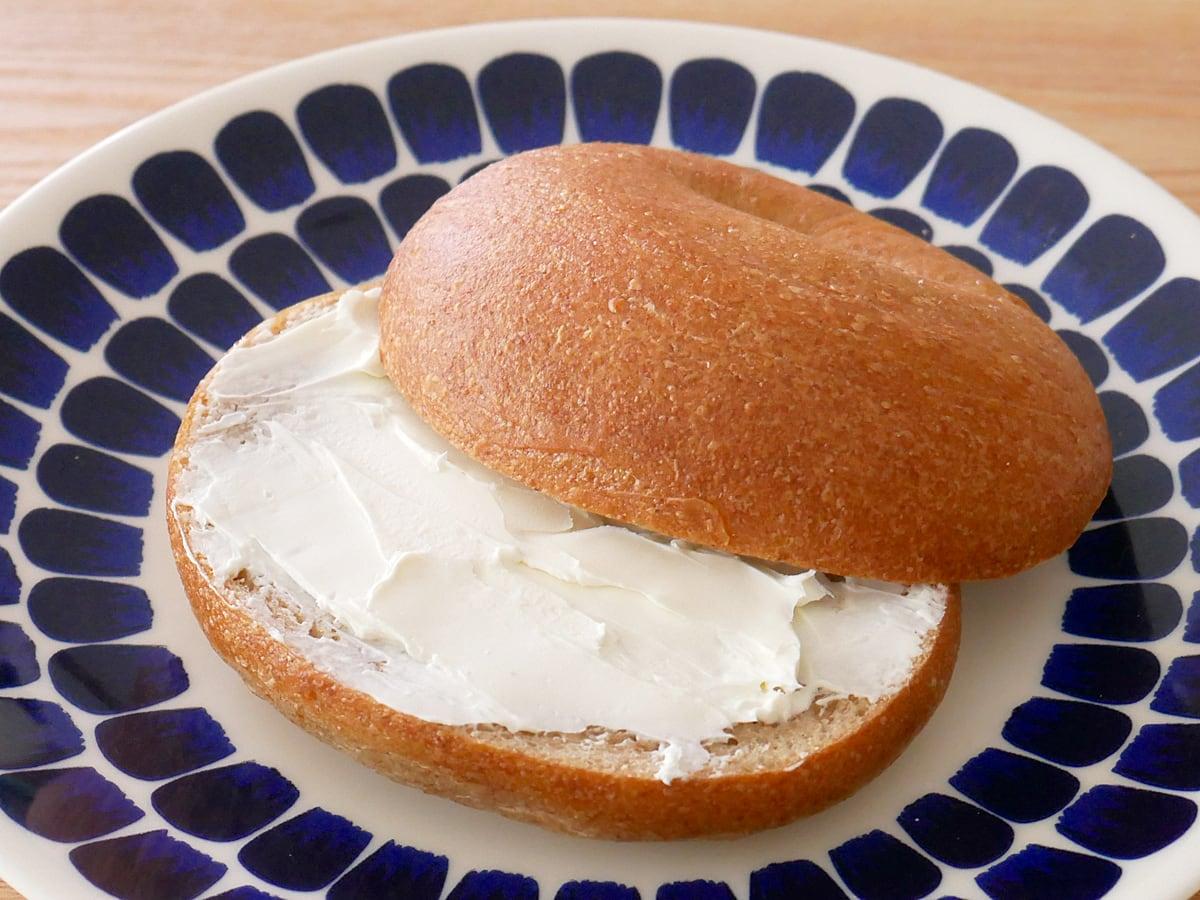 ハニーウィートベーグル クリームチーズスプレッドを塗って