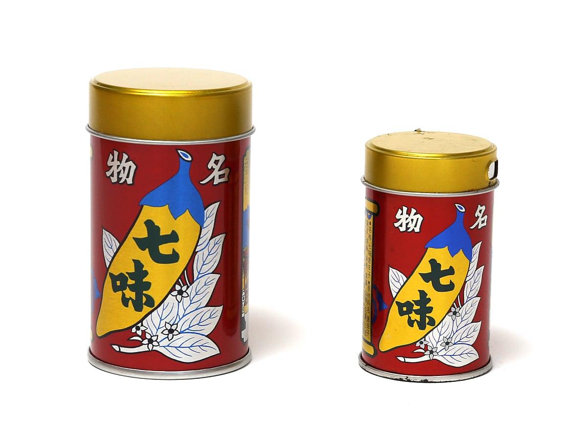 八幡屋礒五郎 七味唐辛子 ミディアム缶 通常サイズとの比較