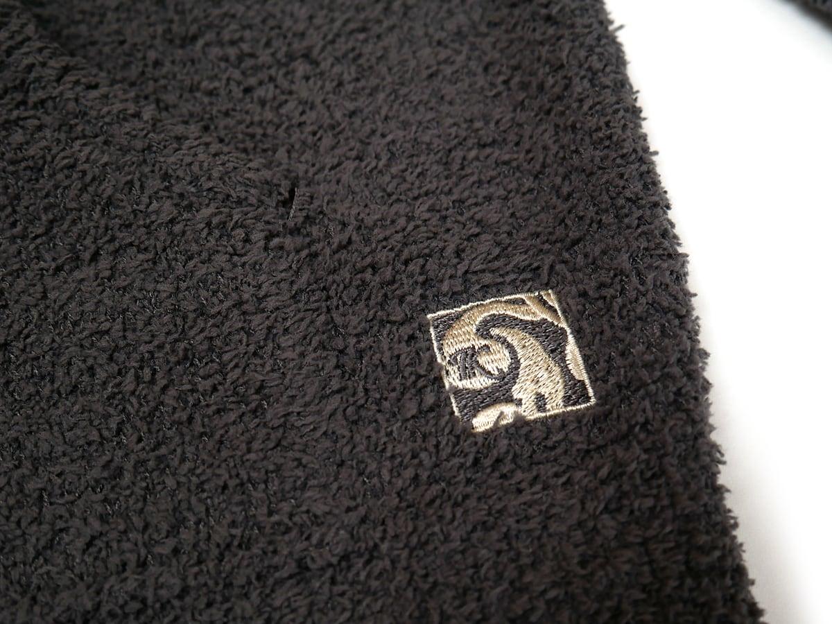 カシウエア フーディー(ジッパー付きレディースパーカー) ポケット横の刺繍ロゴ
