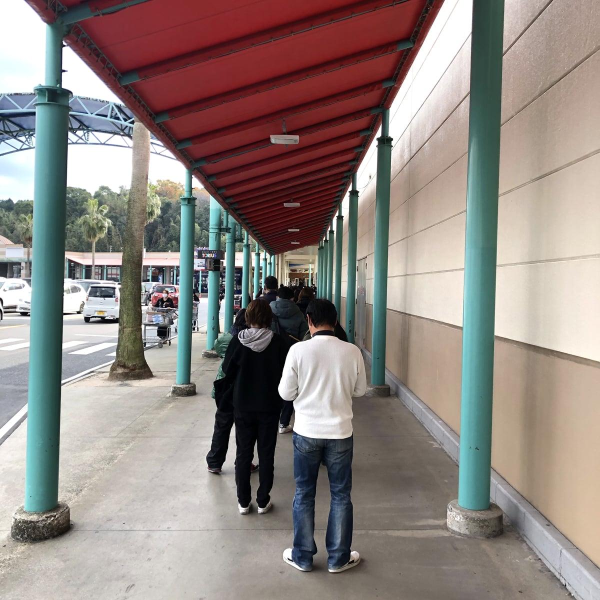 入口前の列