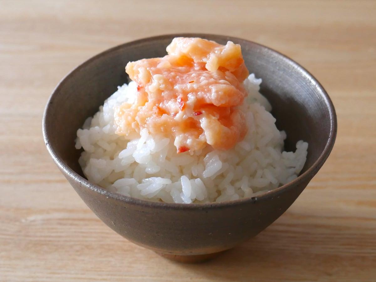 Goshoku いくらが入ったサーモン塩辛 280g ご飯にのせた様子