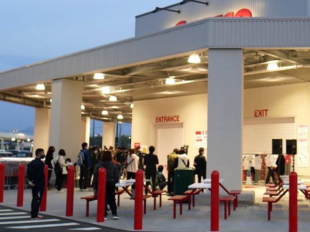 コストコ熊本御船倉庫店のオープンに並ぶ人々