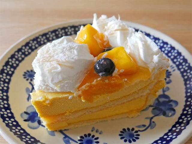 マンゴームーススコップケーキ お皿に盛り付け