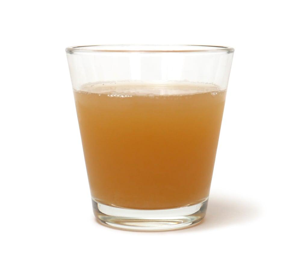 台湾果茶 クイーンビクトリアパインアップル コップに注いだ