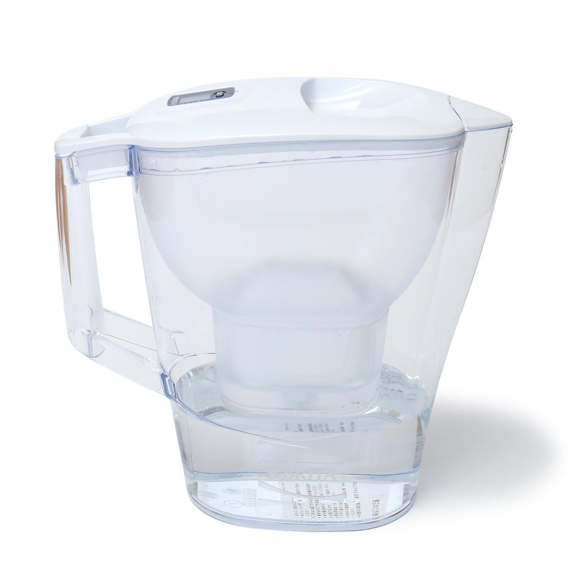 ブリタ アルーナ 2.4L ポット型浄水器 水を入れて浄水した様子