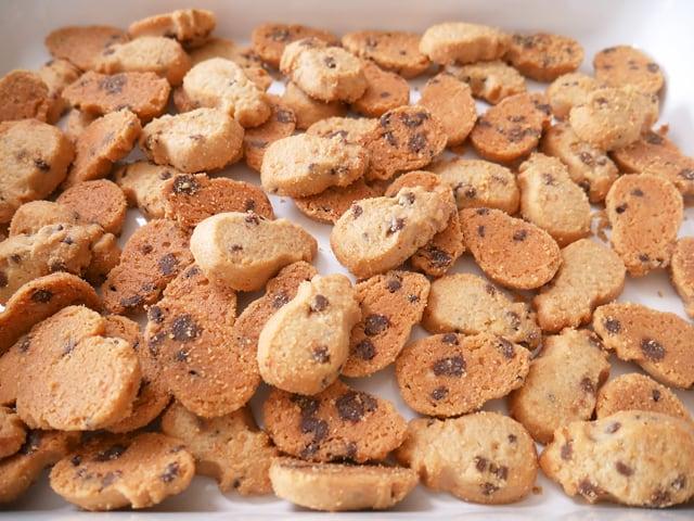 ホノルルクッキーカンパニー ミニバイツ・チョコレートチップマカダミアクッキー ドサッと出した