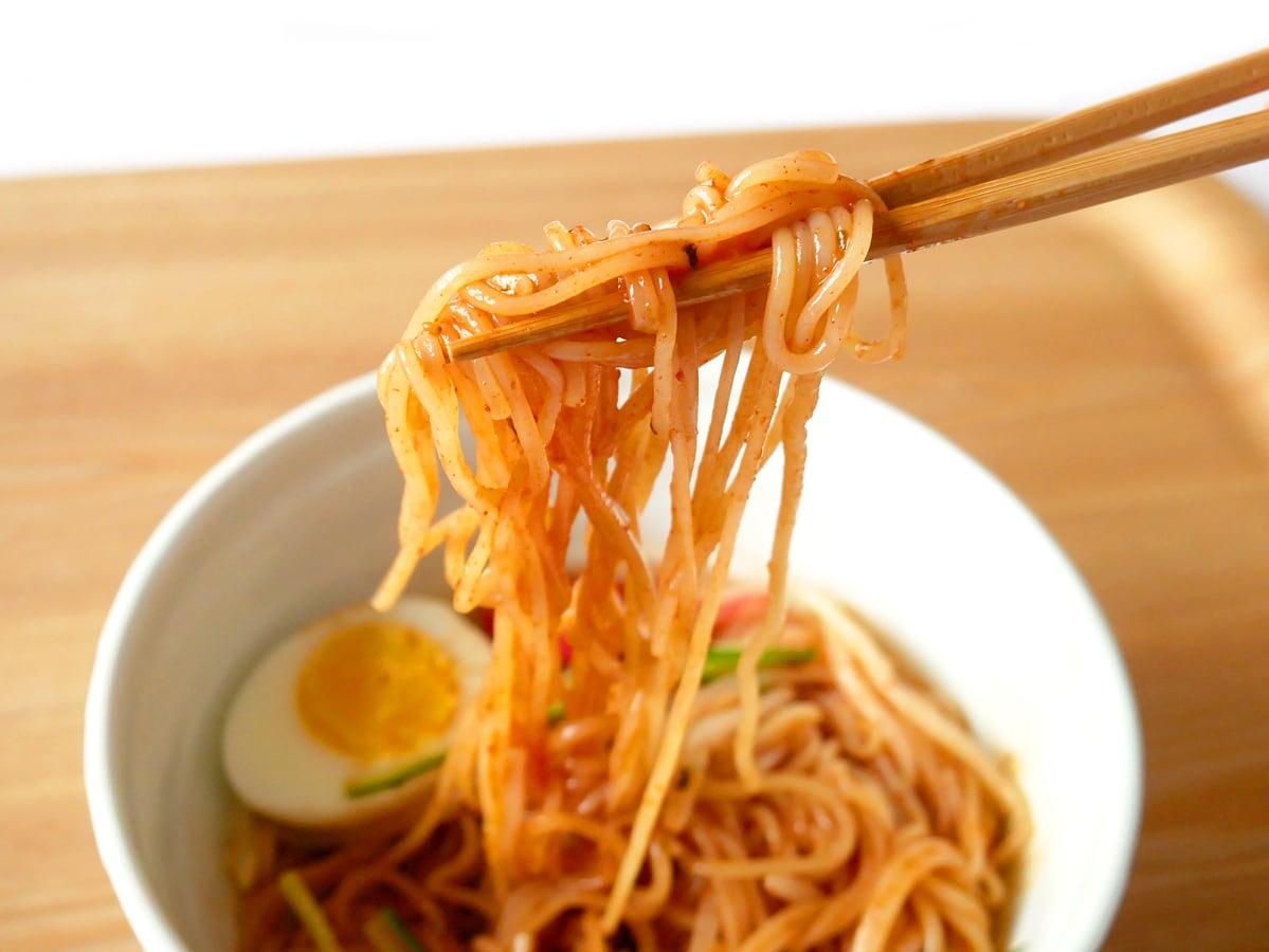 プルムウォン チョル麺 お箸で持ち上げた