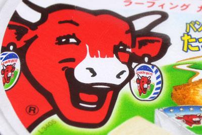 笑う赤い牛